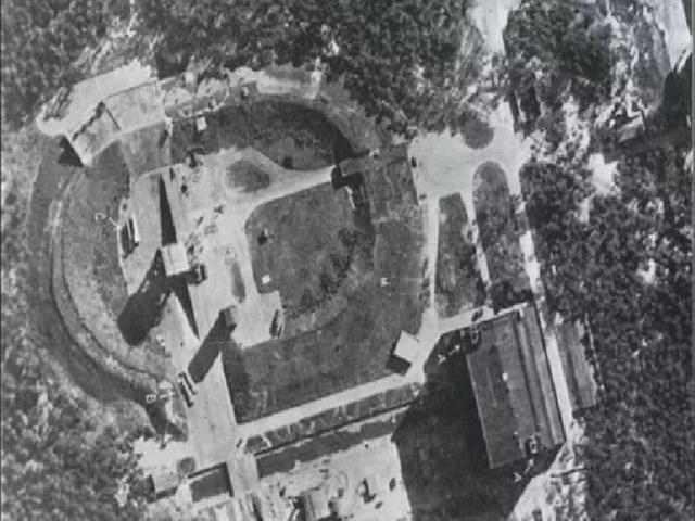 Башня «A»    Башня «А» представляла собой распределительный пульт управления током, который подавался на сетку и колючую проволоку, опоясывавшую лагерь в виде большого треугольника. Также в ней находилась комендатура лагеря. Кроме того, эта башня являлась КПП лагеря. Всего в лагере имелось девятнадцать башен, которые своими секторами простреливали весь лагерь.