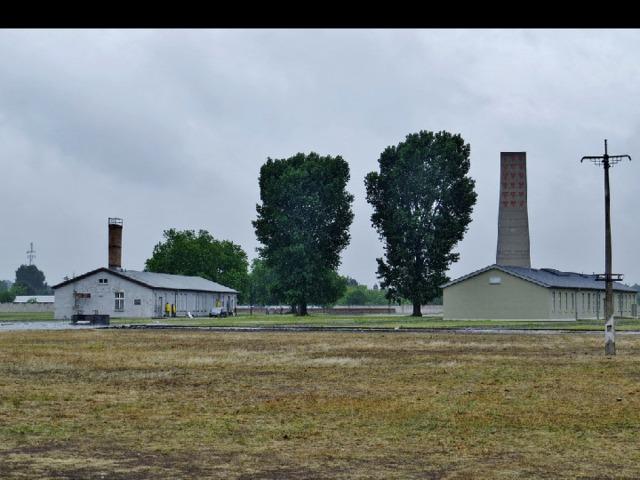 Плац проверок    Место перекличек, которые проводились 3 раза в день. В случае побега заключённые должны были стоять на нём до момента, пока сбежавший не будет схвачен. Плац также являлся местом публичных казней— на нём находилась виселица.