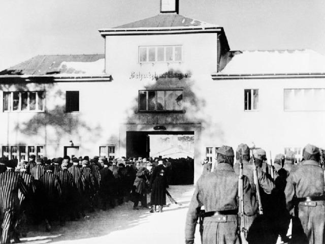 В период с 1936 по 1945 год в концлагере Заксенхаузен были заключены более 250,000 человек, более 100,000 из которых погибли. Изначально это были политические оппоненты нацистского режима, однако со временем их ряды стали пополняться все большим количеством членов групп, которые уступали, согласно критериям национал-социалистов, в расовом или биологическом аспекте. К 1939 году сюда прибыло большое количество граждан из оккупированных европейских государств. Десятки тысяч людей умерли от голода, болезней, холода, медицинских экспериментов, принудительного труда и жестокого обращения. Многие стали жертвами систематических операций по уничтожению, осуществляемых СС. Тысячи других заключенных погибли во время маршей смерти после эвакуации лагеря в конце апреля 1945 года.