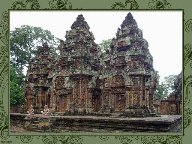 Древний буддийский храм, сооруженный из мощных обтесанных камней и плит, был основой для пышного и тяжелого орнаментального скульптурного декора , охватывающего почти всю его поверхность. Своеобразным следствием этого является отсутствие арки и свода.