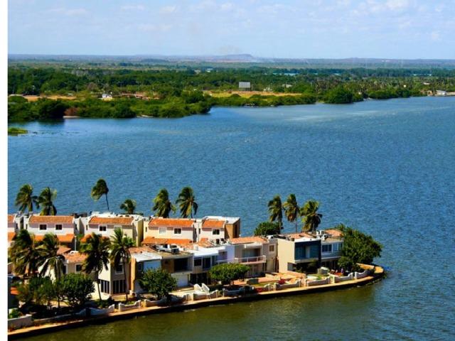 Горд Маракайбо на  берегу озера Маракайбо