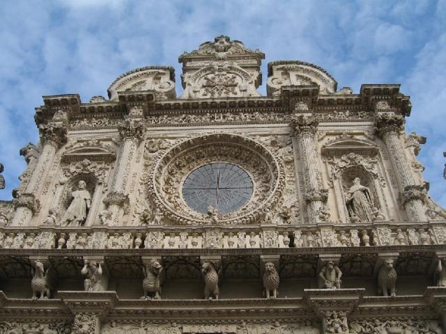 Для архитектуры барокко характерны: пространственный размах, слитность, текучесть сложных, обычно криволинейных форм. Часто встречаются развернутые масштабныеколоннады, изобилие скульптуры на фасадах и в интерьерах,волюты, большое число раскреповок, лучковые фасады с раскреповкой в середине, рустованные колонны ипилястры.Куполаприобретают сложные формы, часто они многоярусные, как усобора Св. Петрав Риме.