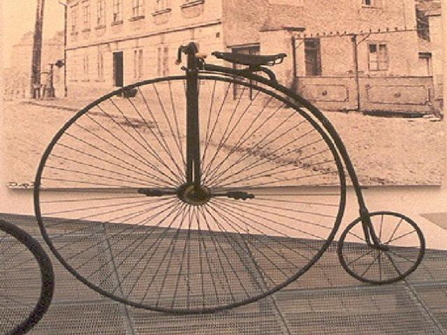 Вскоре после этого появился новый тип велосипеда – с большим передним колесом. По мере его усовершенствования переднее колесо становилось всё больше и больше! На некоторых моделях переднее колесо достигало в диаметре 1,5 метра или даже больше, в то время как заднее всего 30 см. Ездок располагался над огромным передним колесом. И если ему не хватало ловкости, чтобы удержаться в седле, прогулка могла закончиться падением головой вперёд!