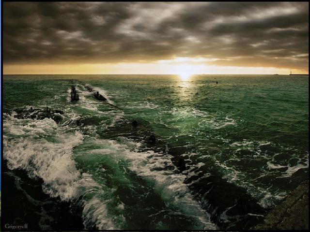 Черное море Черное море получило свое название потому, что в пасмурную погоду поверхность моря темнеет под черными тучами. Существует и правдоподобное предположение: еще с давних времен было известно, что все предметы, побывавшие в его таинственных глубинах, чернеют. И происходит это потому, что на глубине более 200 метров морская вода насыщена сероводородом, легко образующие соли черного цвета. Из-за сероводорода Черное море еще называют и  морем мертвых глубин.